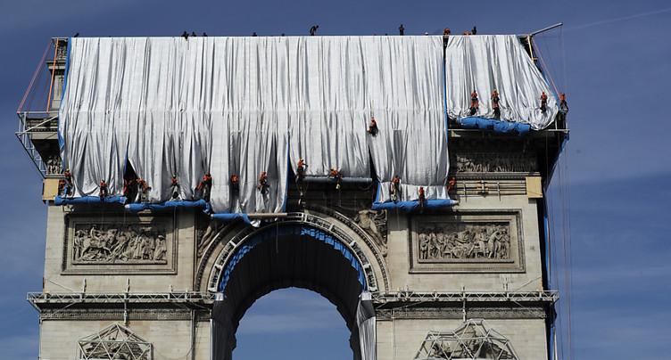 Premier « déroulé de tissu » pour l'empaquetage de l'Arc de Triomphe