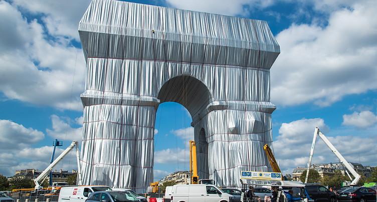 Macron inaugure l'Arc de Triomphe empaqueté