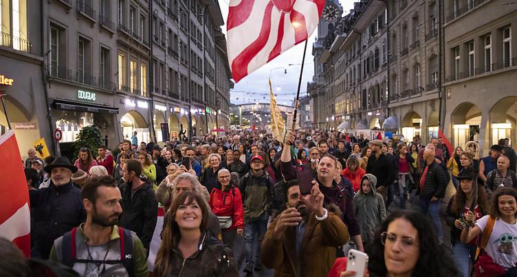 Opposition au pass Covid: des milliers de personnes manifestent