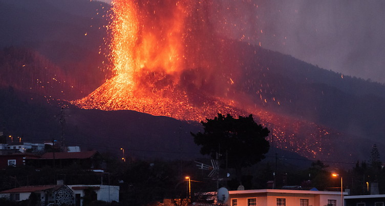 Eruption aux Canaries: l'une des deux coulées de lave n'avance plus