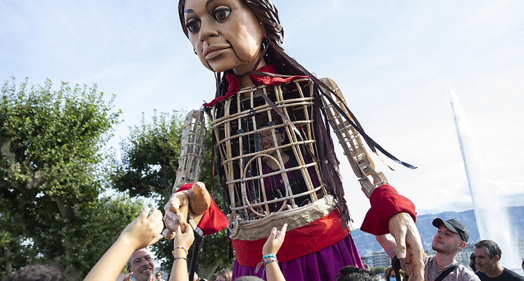 Une marionnette géante évoque la vie des migrants mineurs