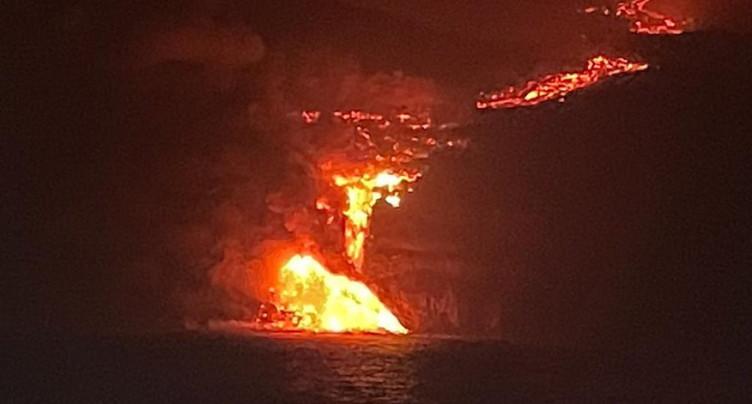 La lave du volcan en éruption aux Canaries a atteint l'océan