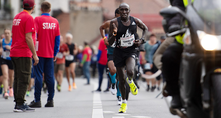 Kangogo barre la route à Abraham