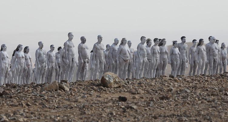 Des personnes posent nues près de la mer Morte pour Spencer Tunick