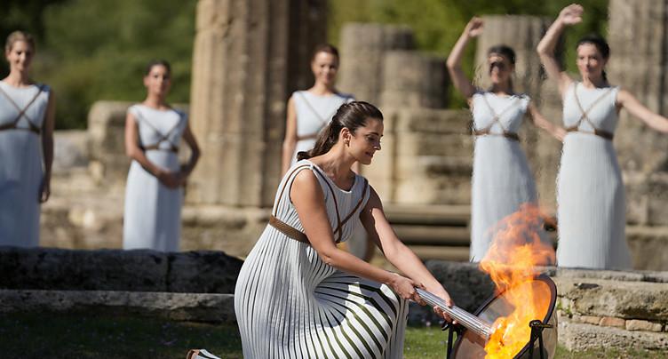 La flamme olympique allumée, la cérémonie perturbée