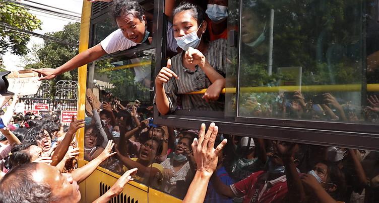 Scènes de liesse devant les prisons après l'amnistie de la junte