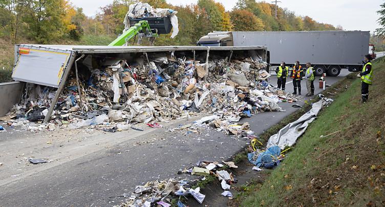 Nyon (VD): un train routier renversé bloque l'autoroute