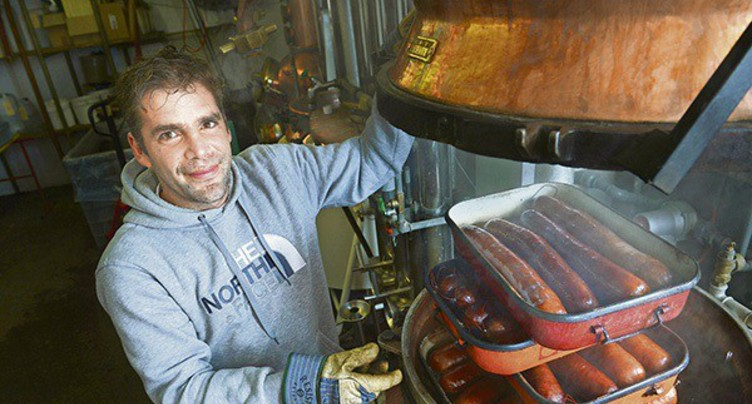 L'Art du savoir-faire : fabrication de la saucisse au marc