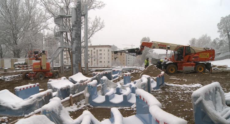 Montage sous la neige pour le toboggan des Mélèzes