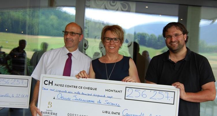 Des chèques pour Loisirs-Casino et l'Oeuvre jurassienne de secours