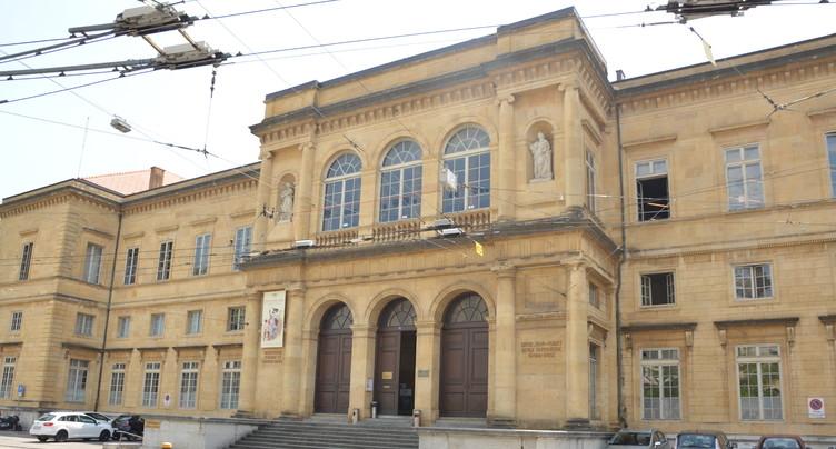 Des bibliothèques à la place des classes au Collège latin