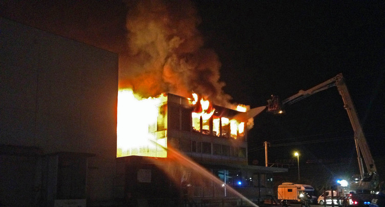 Bâtiment en feu à Marin