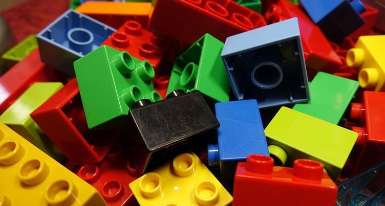 Des montagnes de petites briques colorées à Concise