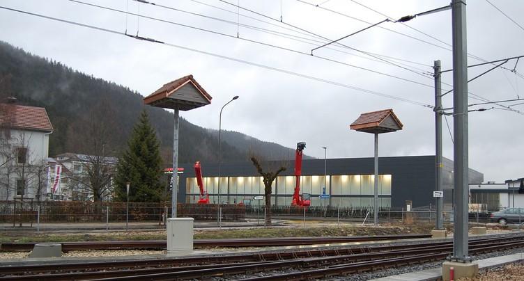 Des nichoirs sur mâts à la gare de Fleurier