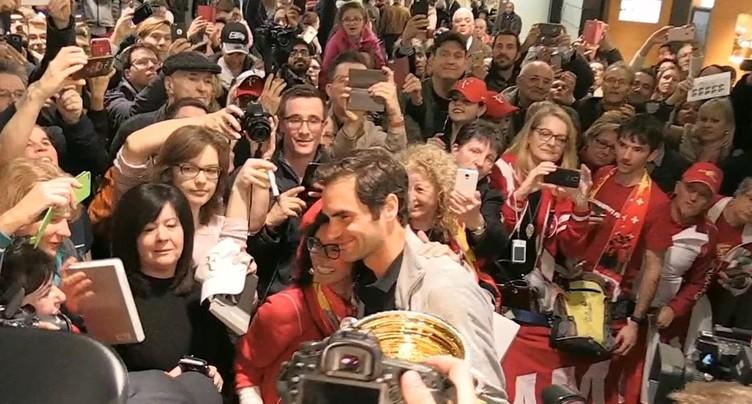 Roger Federer prend un bain de foule