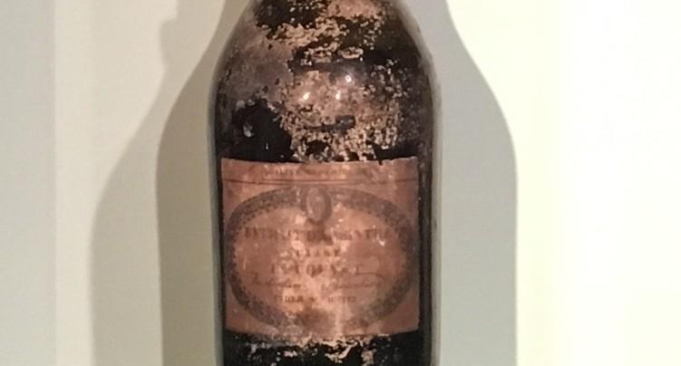 Une très vieille bouteille d'absinthe exposée à Môtiers