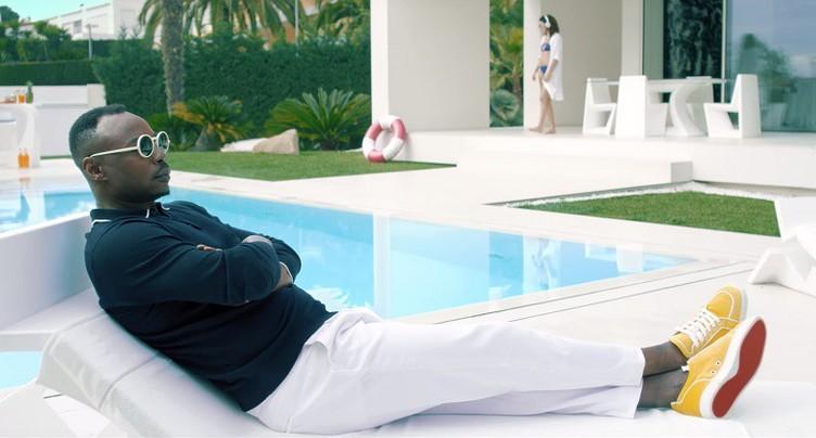 MC Solaar se prélasse au bord d'une piscine