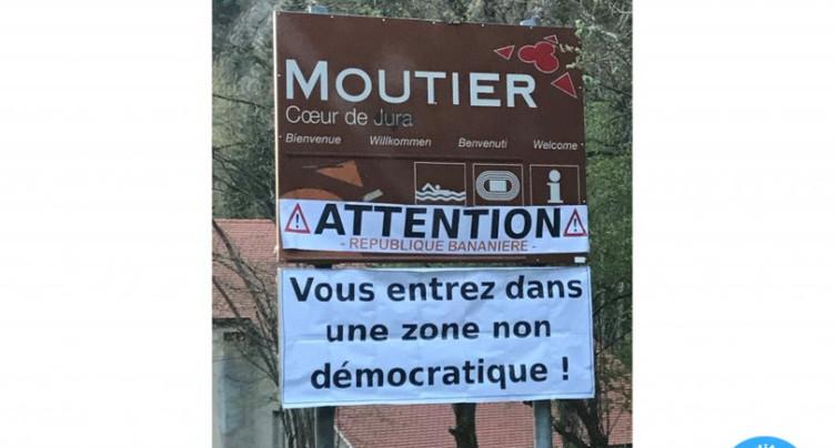 Une banderole fait passer Moutier pour une « République bananière »