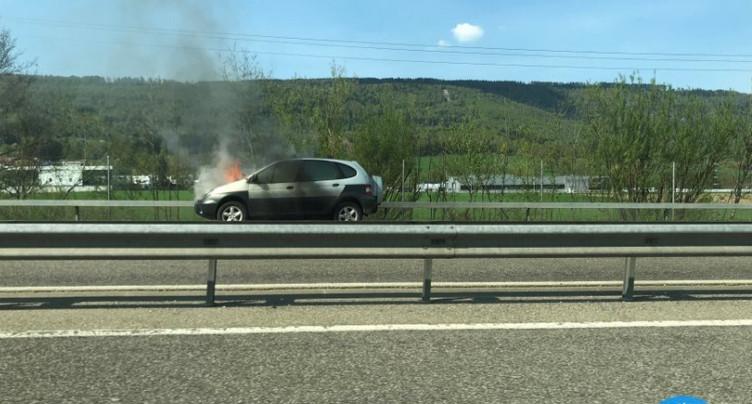 Voiture en feu sur l'A16