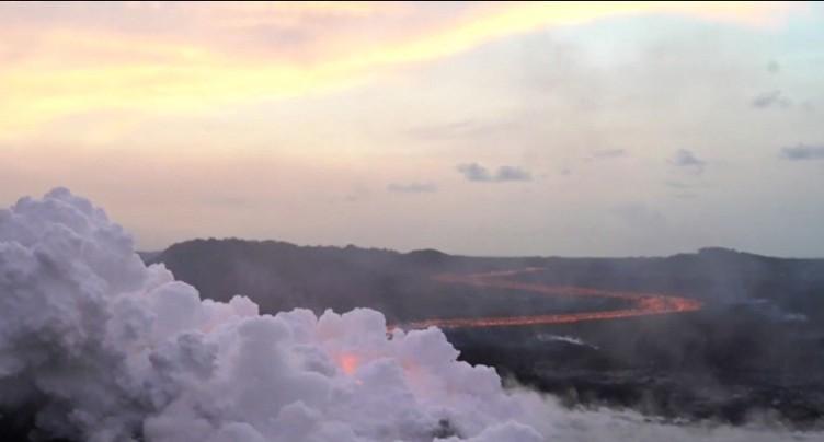 Un torrent de lave rapide s'écoule du volcan Kilauea à Hawaii