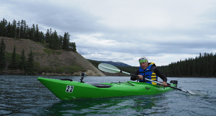 Et au milieu de la rivière Yukon pagaye Jean-Philippe Patthey