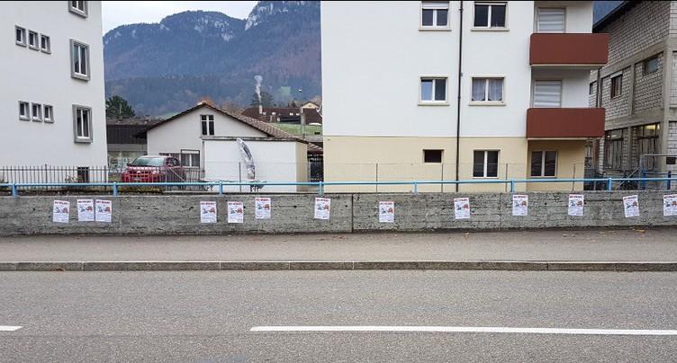 Des affiches placardées à Moutier