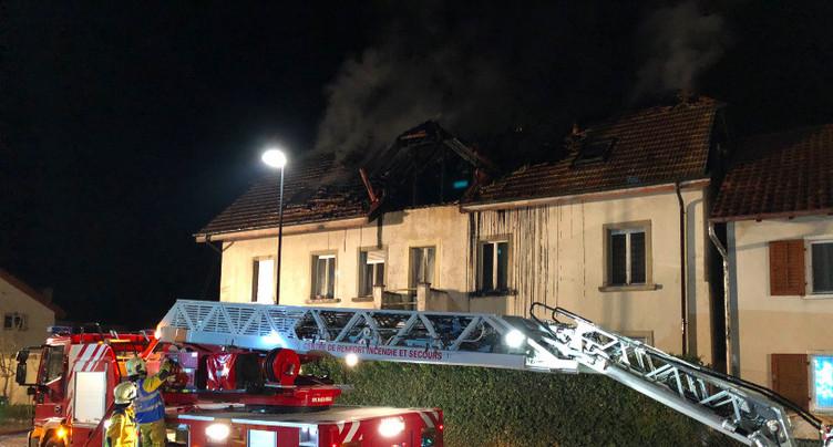 Un immeuble locatif ravagé par les flammes à Courgenay