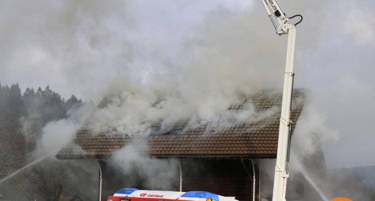 Une maison en feu au Fuet