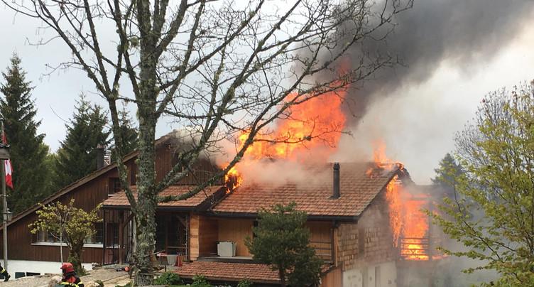 Une maison en feu au Val-de-Travers