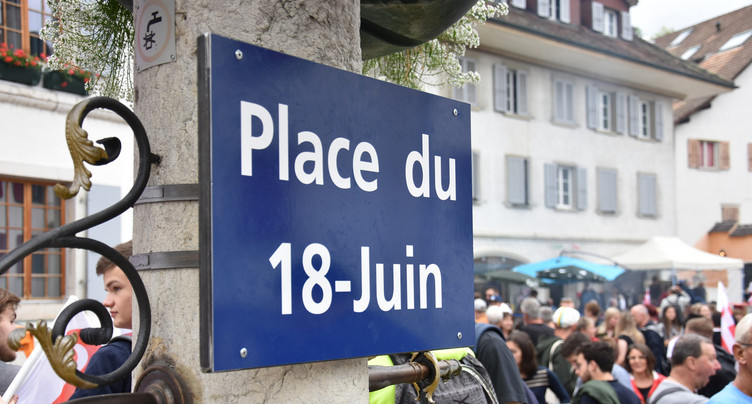 La plaque « Place du 18 juin » apposée à Moutier
