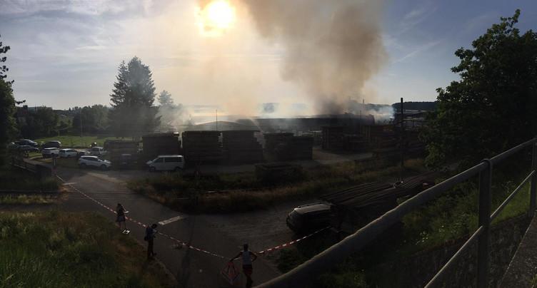Incendie en cours à la scierie de Vendlincourt
