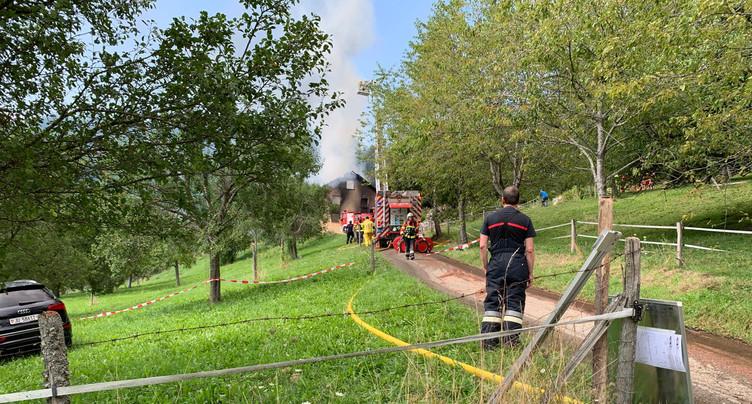 Une ferme a été la proie des flammes à Charmoille