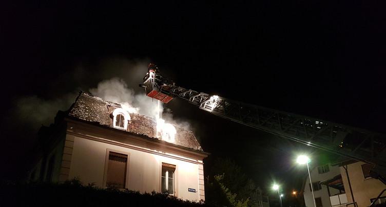Le toit d'un immeuble ravagé par les flammes à Moutier