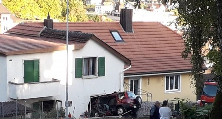 Une voiture termine sa course dans une maison à Moutier