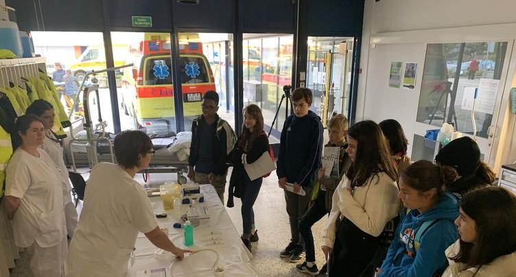 Des élèves découvrent les professions médicales