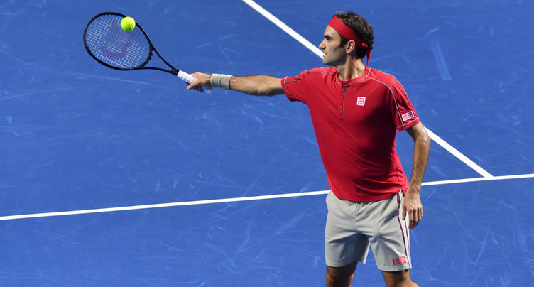 Roger Federer attend Stan Wawrinka