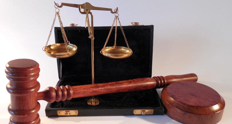 Petit ami violent devant le juge