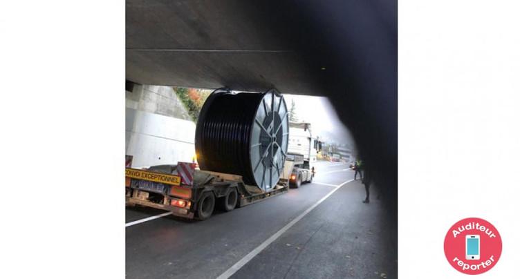 Un camion se coince sous un pont