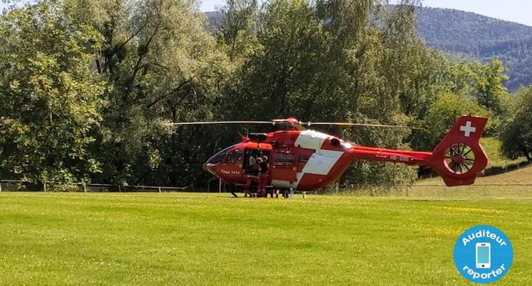 Un randonneur héliporté au-dessus de Montsevelier