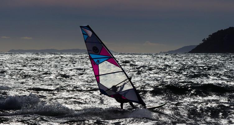 Un véliplanchiste perd la vie sur le lac de Neuchâtel