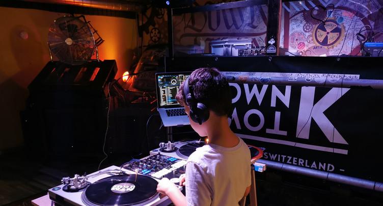 Des enfants jouent aux apprentis DJ