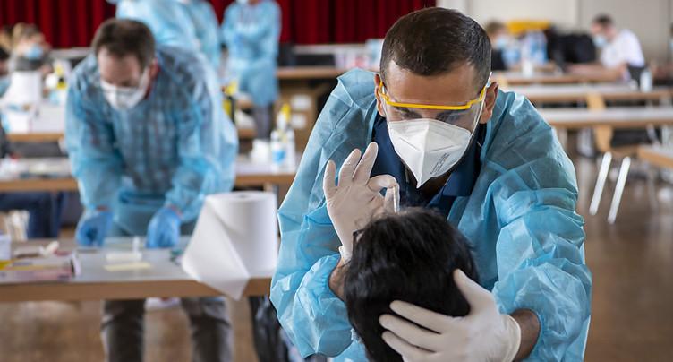 Berne: appel au personnel de santé à au moins se faire tester