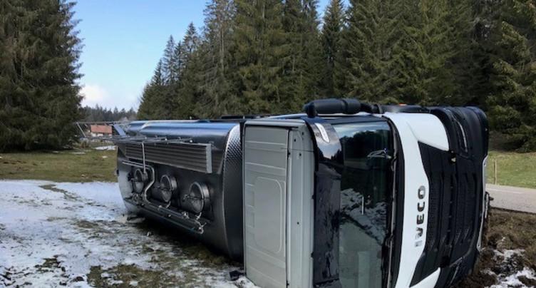 Un camion se renverse dans les Franches-Montagnes