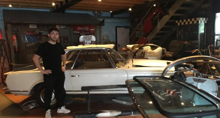 De vieilles voitures à admirer