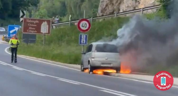 Voiture en feu sur la N20