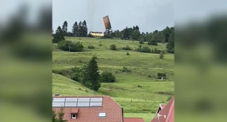Un toit s'envole aux Verrières-de-Joux