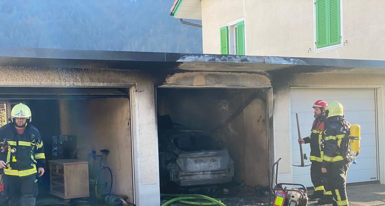 Moutier : un garage en proie aux flammes