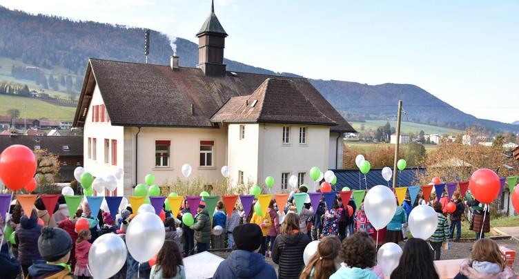 Des ballons pour les 150 ans de l'école de Sonceboz