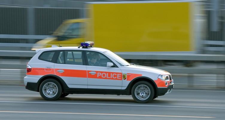 Une voiture fait plusieurs tonneaux sur l'A6 dans le Seeland