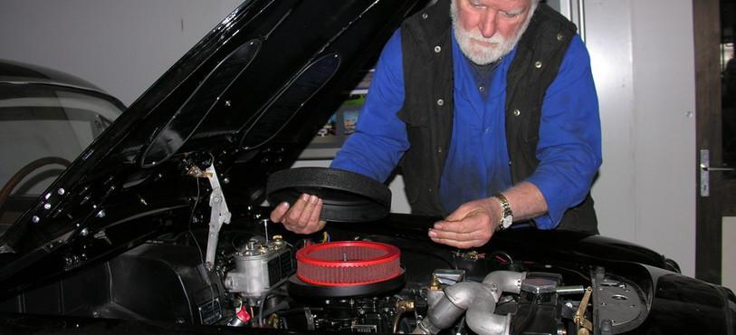 Albert Cailler passe des centaines d'heures sur les Lancia qu'il restaure.